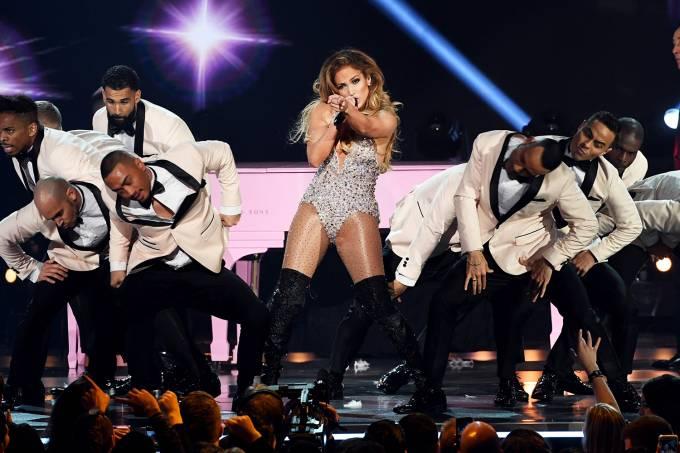 Apresentação de fôlego não salva Jennifer Lopez de críticas no Grammy 2019