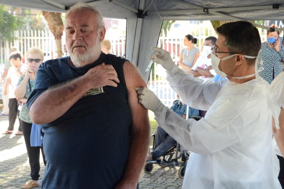 UBS's de São José recebem 23 mil doses da vacina contra a gripe. Serão aplicadas em pessoas com mais de 60 anos e profissionais da saúde.